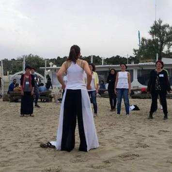 Chiusura del giorno 2, esercizi di rilassamento sulla spiaggia con Monja Da Riva